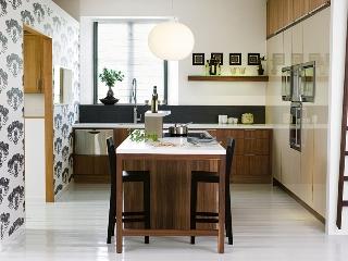 Köket kommer från Kvänum och heter BraheLaminat Valnöt