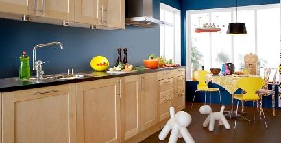 Marbodal träkök med blå väggar